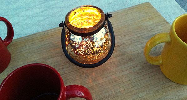 Kerze und Teetassen